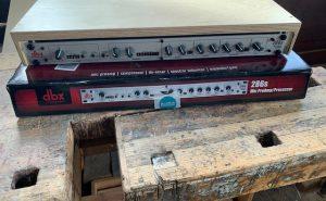 Tischrack für den Mikrofon-Prozessor